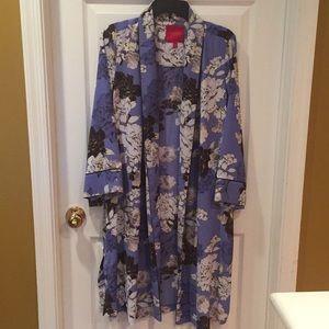 🌴NWOT Jennifer Lopez floral long jacket or robe